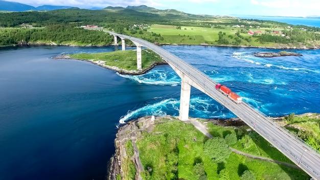 Most w norwegii nad wielką niebieską ciężarówką rzeczną błękitne niebo