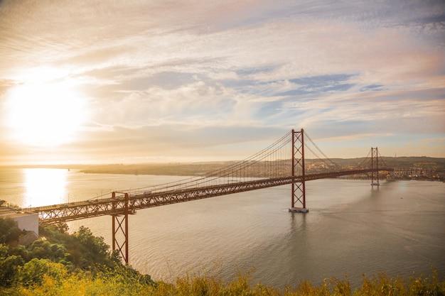 Most w pięknym zachodzie słońca w lizbonie, portugalia