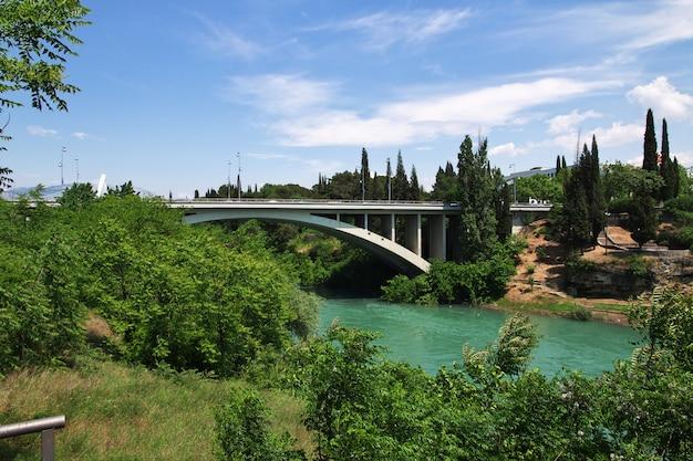 Most w podgoricy mieście, czarnogóra