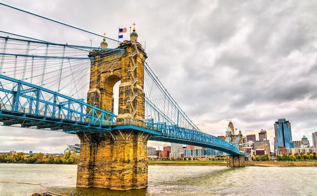 Most wiszący johna a. roeblinga między cincinnati w stanie ohio a covington w stanie kentucky, który obejmuje rzekę ohio. stany zjednoczone