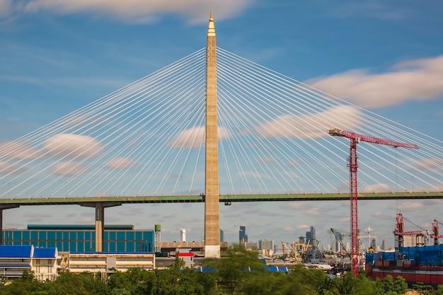 Most wiszący mostu widokowego błękitne niebo chmura ruchu