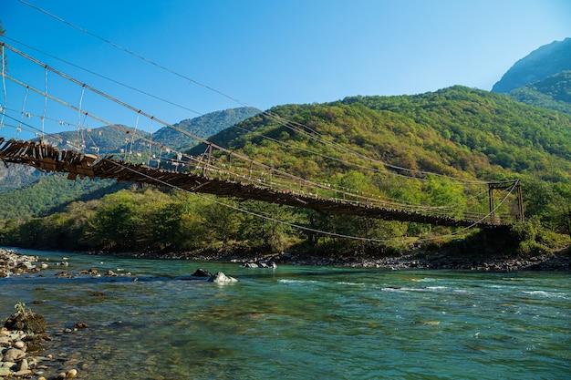Most wiszący nad górską rzeką bzyb. abchazja, droga do jeziora ritsa.