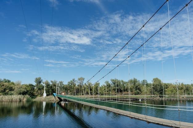 Most wiszący nad rzeką. miasto semikarakorsk