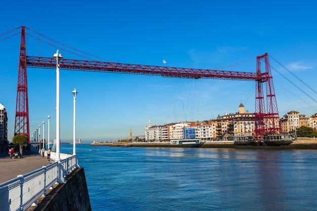 Most wiszący transportera bizkaia (puente de vizcaya) w portugalete, hiszpania. most przecinający ujście rzeki nervion.