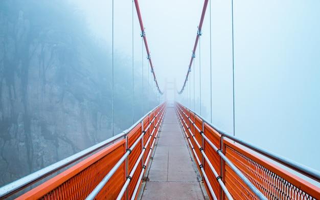 Most wiszący w chmurach