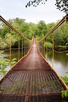 Most wiszący wykonany z metalu