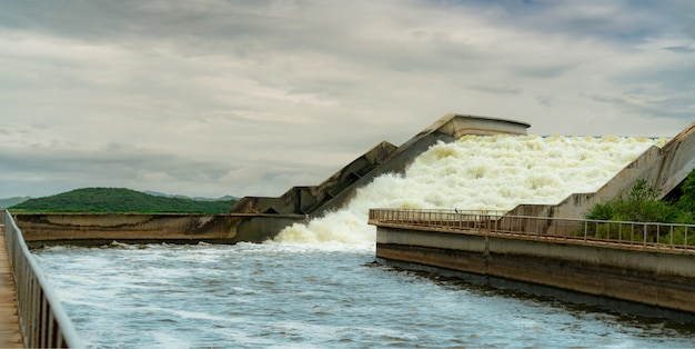 Most wodny kanału drenażowego. gospodarka wodna moc wody. betonowa konstrukcja mostu. infrastruktura. sztuczny akwedukt używany do transportu wody.