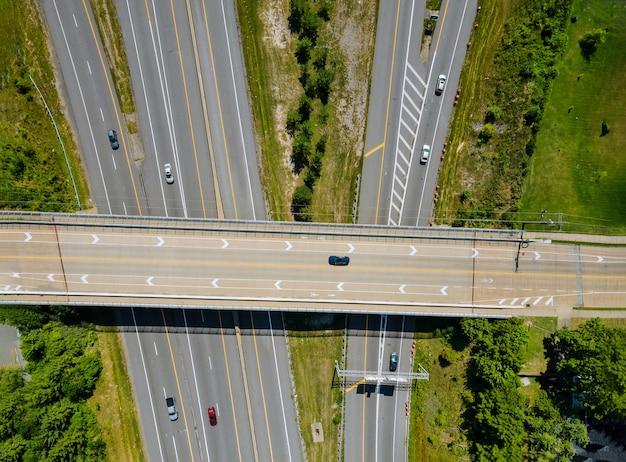Mosty, drogi z góry widok z lotu ptaka autostrady miejskiego skrzyżowania dróg podwyższonych i wiaduktu przesiadkowego w mieście o ruchu cleveland ohio usa