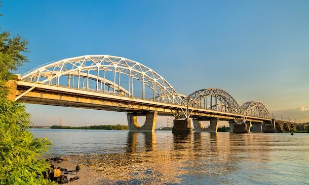 Mosty łukowe darnytsia przez rzekę dniepr w kijowie na ukrainie