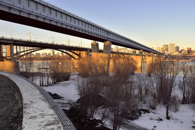Mosty nad obwodem w nowosybirsku największy na świecie most metra i samochodowy most łukowy