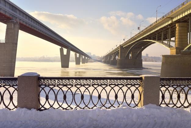 Mosty nad obwodem w nowosybirsku październik i mosty metra z nabrzeżem michaels w zimie