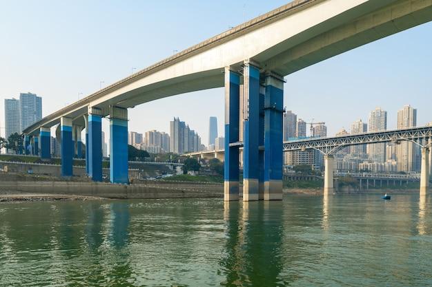 Mosty nad rzeką jangcy i krajobrazem miasta chongqing w chinach