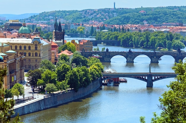 Mosty rzeki wełtawy i widok na stare miasto, praga, czechy