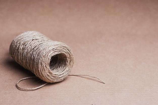 Motek sznurka na tle z tektury pochodzącej z recyklingu.