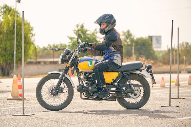 Motocykl prowadzony przez dziewczynę ćwiczącą jazdę po torze