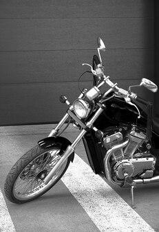 Motocykl retro na parkingu.