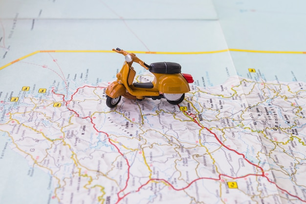 Motocykl z zabawkami na mapie