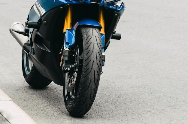 Motocykl zaparkowany na ulicy przy drodze asfaltowej. rosja, sankt petersburg.