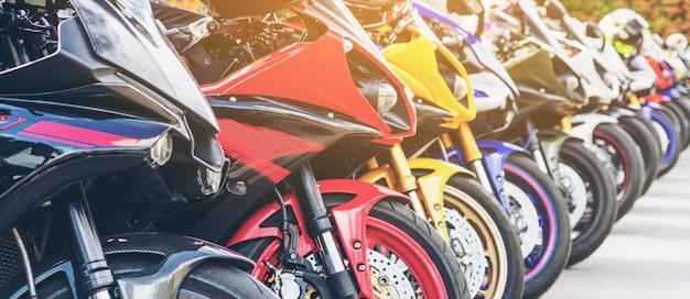 Motocykle grupowe parkowanie na ulicy miasta w lecie