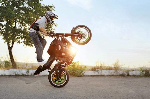 Motocyklista jedzie motocykl