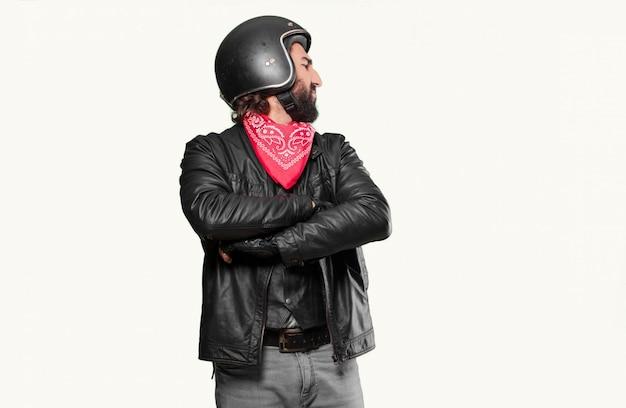 Motocyklista jest zły lub nie zgadza się z wyrażeniem