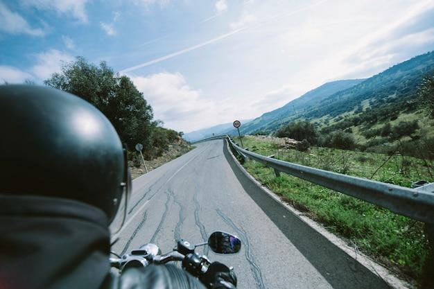 Motocyklista na drodze wsi