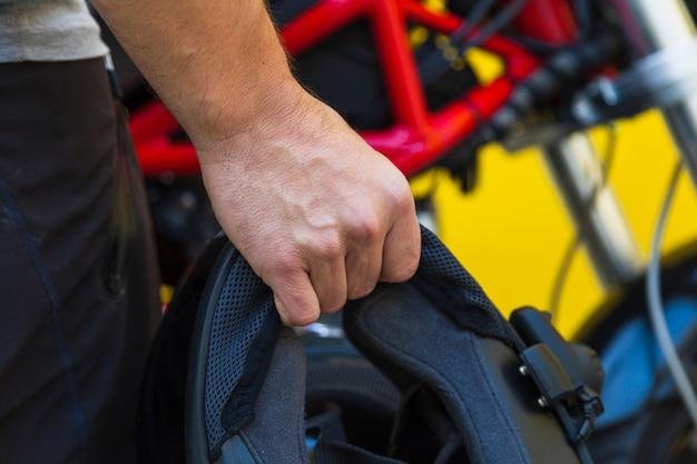 Motocyklista trzyma ochronnego hełm