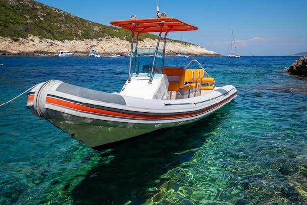 Motorówka na jasnej ocean wodzie w hvar, chorwacja.