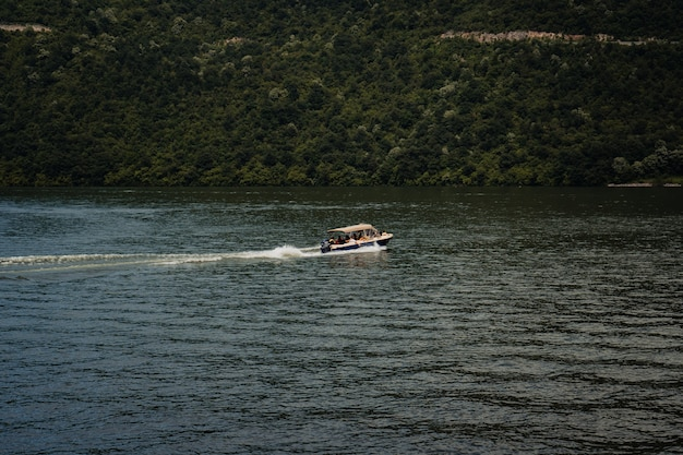 Motorówka poruszająca się po pięknym jeziorze