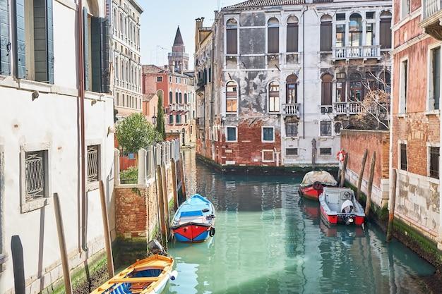 Motorówki na kanale w wenecji, włochy słoneczny dzień zabytkowe budynki
