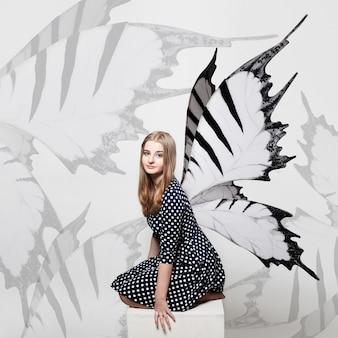 Motyl dziewczyna tło. piękna dziewczyna i skrzydła motyla