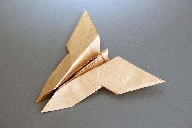 Motyl origami na szarym tle