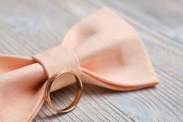 Motyl ślubny męski ze złotym pierścionkiem. koncepcja pana młodego.