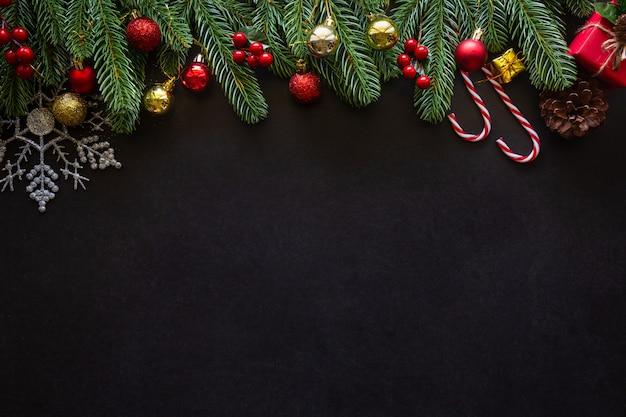 Motyw domu zdobiony świątecznymi motywami.