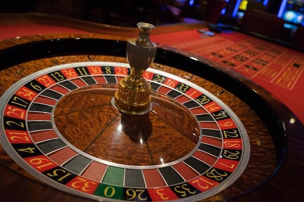 Motyw golden casino. obraz wysokiego kontrastu ruletki w kasynie, gra w pokera, gra w kości na gam