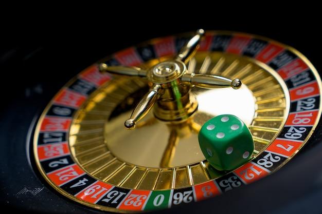 Motyw golden casino. obraz wysokiego kontrastu ruletki w kasynie, żetony pokera na stole do gry