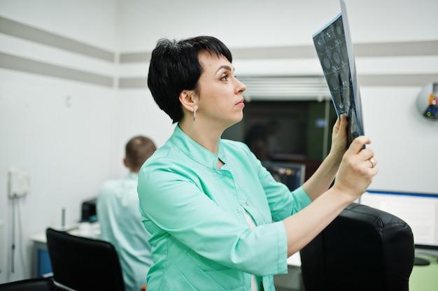 Motyw medyczny. kobieta lekarz trzymać rtg w gabinecie mri w centrum diagnostycznym w szpitalu.