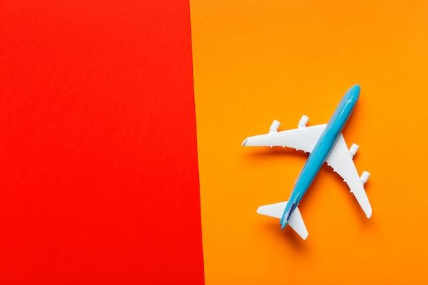 Motyw podróży samolotem miniaturowym