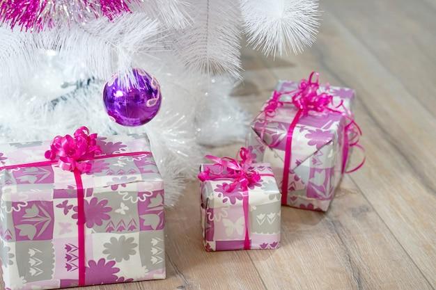 Motyw uroczystości z prezentami świątecznymi.