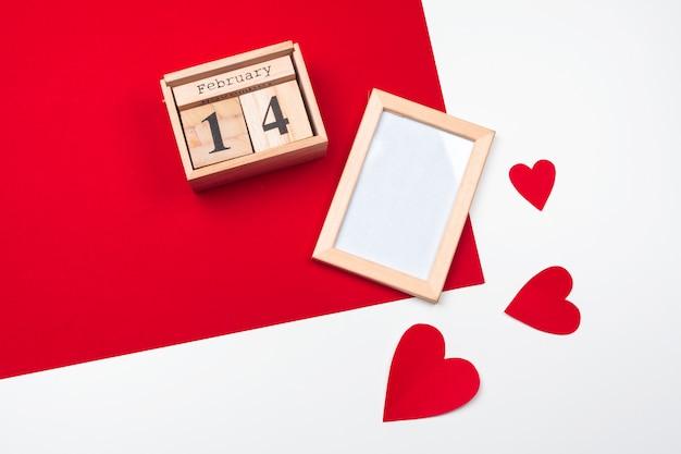 Motyw walentynki z drewnianym kalendarzem blokowym