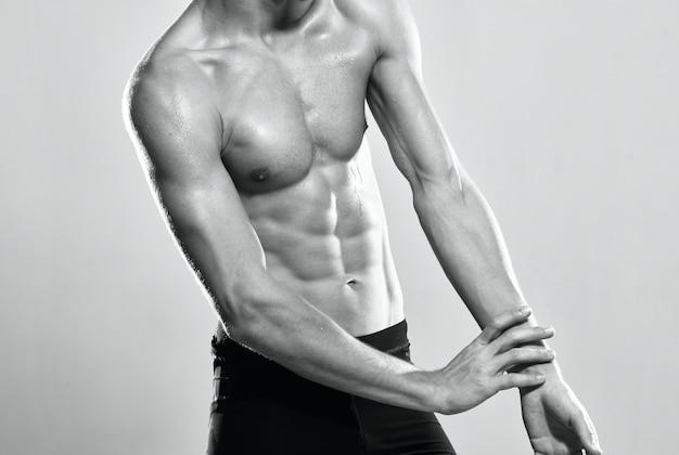 Motywacja do treningu mięśni brzucha przycięty widok pozowanie. zdjęcie wysokiej jakości