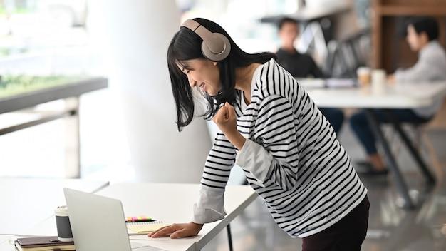 Motywacja kobiety kreatywnej pomyślny moment w obszarze roboczym.