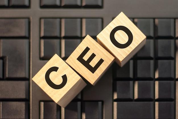 Motywacyjne słowa: seo w 3d drewniane litery alfabetu na klawiaturze z miejsca na kopię, koncepcja biznesowa