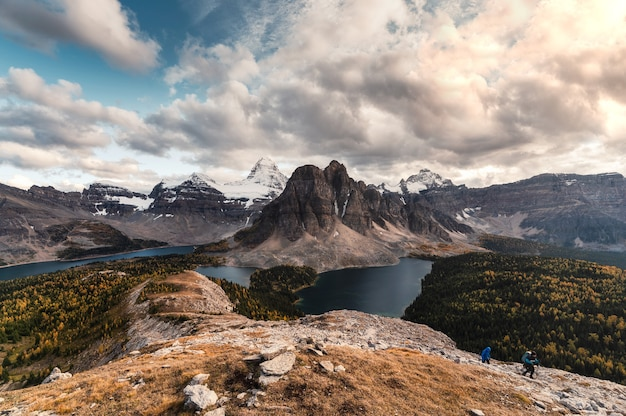 Mount assiniboine z jeziorem w lesie jesienią na szczyt nublet w provincial park, bc, kanada