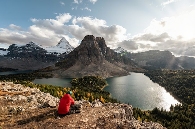 Mount assiniboine ze skalistymi górami i jeziorem w jesiennym lesie w prowincjonalnym parku