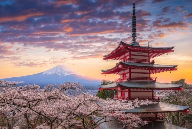 Mount fujisan piękne krajobrazy na zachód słońca.