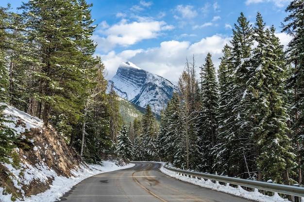 Mount rundle zaśnieżony las górska droga park narodowy banff zimą kanadyjskie rockies kanada
