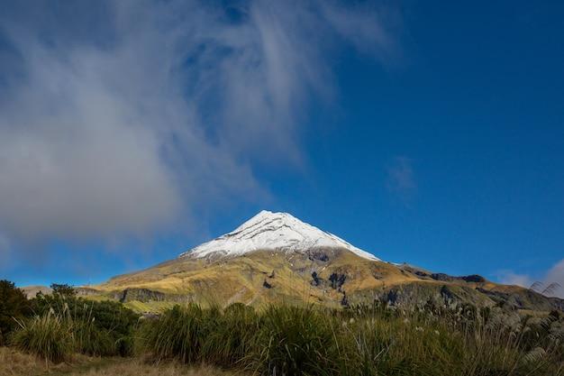Mount taranaki / mount egmont w parku narodowym egmont na wyspie północnej w nowej zelandii. piękne naturalne krajobrazy