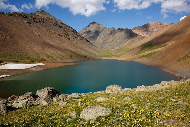 Mountain spirit lake z turkusową wodą pośrodku wysokich klifów