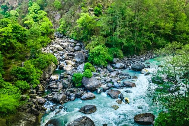 Mountain valley. piękny krajobraz rzeki